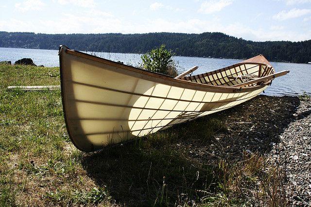 Лодка Адирондак на озере