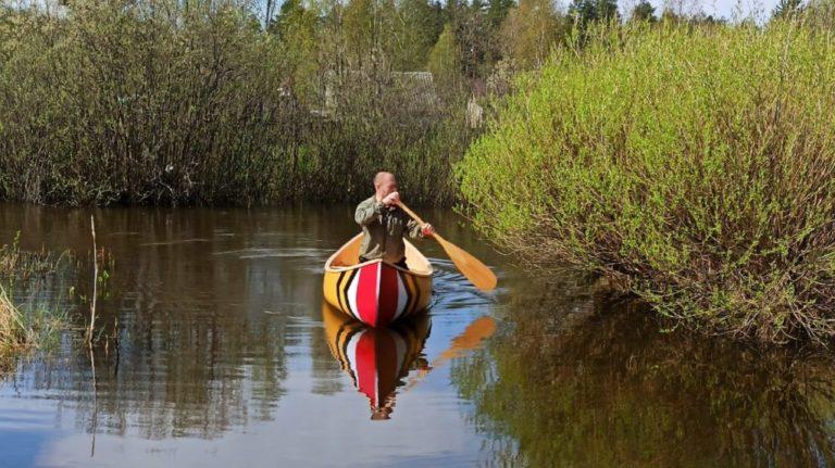 Канадское каноэ на воде